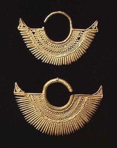 PAIR OF FINE SINU GOLD EARRINGS. Columbia, ca. 800-1500 AD