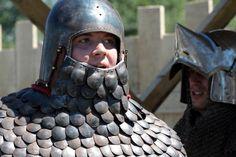 Бацинеты, 14-15 век. Scale armor coif Medieval Life, Medieval Armor, Medieval Fantasy, Ancient Armor, Arm Armor, Body Armor, Larp, Armor Clothing, Armadura Medieval