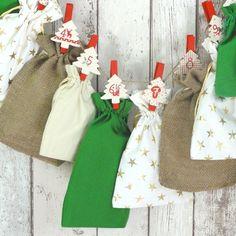 """All-Inclusive Adventskalender """"Creamy Christmas"""". Geschenksäckchen in grün, creme, mit goldenen Sternen und aus Jute ergeben ein dezentes und trotzdem weihnachtliches Gesamtbild."""