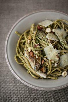 Spaghetti con pesto di nocciole rucola e sgombro fresco ...
