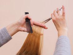 Si cada vez que vas al salón de belleza y pides un despunte y te dejan como Blancanieves, es tiempo de que tomes a tu melena en tus manos.Además de evitar perder valiosos centímetros de tu cabellera, ayudarás a que tu cabello se vea mucho más sano a diario y crezca más rápido.Paso a paso:1. Consigue unas tijeras especialesCompra unas que sean especiales para cabello; las normales pueden causar más daño a tu melena dejando puntas abiertas.2. Secciona tu cabello