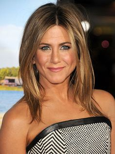 Jennifer Aniston Shoulder-length layers are more than just practical. As Jennifer Aniston proves, the lightweight look is also one of the sexiest hairstyles out there. Peinados Jennifer Aniston, Jennifer Aniston Haircut, Jennifer Aniston Style, Jenifer Aniston, Jennifer Garner, Jennifer Lawrence, Medium Hair Cuts, Medium Hair Styles, Haircut Medium