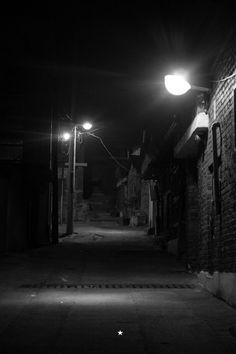 별이 내 가슴에 @starho7 언제나 그곳을 지나칠 때면 걸음은 머물 듯이 천천히 내게는 우연이 필요해 골목을 비추는 가로등하나 그 밑에 어두운 그리움이 있어 추억을 그리며 난! 울고 있어. / #골목 #길 / 2014 01 24 /
