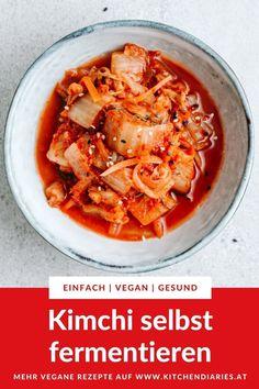 Veganes Kimchi - mit diesem Rezept erfährst du, wie du in 5 einfachen Schritten dein eigenes veganes Kimchi aus Chinakohl selbst herstellst. Die beliebte Beilage aus Korea ist nicht nur ein geschmacklicher Hit, sondern auch noch richtig gesund! Thai Red Curry, Korea, Ethnic Recipes, Food, Vegan Kimchi Recipe, Ramen Noodle Soup, Chinese Cabbage, Asian Cuisine, Vegan Dishes