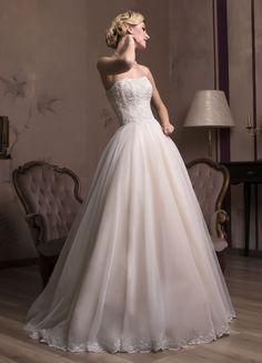 Očarujúce svadobné šaty so širokou sukňou a zdobeným korzetom bez ramienok