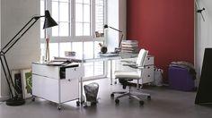 Einzelarbeitsplatz Tisch Schreibtisch mit Glasplatte Kanten poliert Rollcontainer weiß mit Metall Schubladen und Ledersessel Bezug Leder weiß