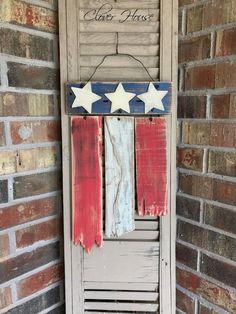 Wood Pallet Rustic Pallet Wood Flag - Copy this unique pallet wood idea for your front porch! This is so rustic! I like the REALLY rustic look in case you couldn't tell. The more beat up and chippy, the better. Pallet Flag, Wood Flag, Pallet Art, Painting On Pallet Wood, Pallet Crafts, Diy Pallet Projects, Wood Crafts, Woodworking Projects, Craft Projects