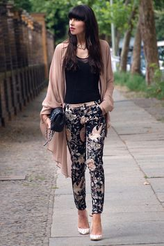 Floral pants with plain top and cardigan Asos Fashion, Fashion Mode, Womens Fashion, Fashion Trends, Fashion Finder, Street Fashion, Mode Outfits, Office Outfits, Fashion Outfits