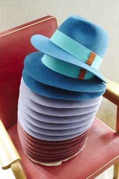 Trendy en feutre bleu en pile #chapeau // Blue trendy #hat -- #lacerisesurlechapeau