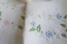 Toalhas de mãos em linho bordadas!! www.bordal.pt #bordal #onlineshop #bordadosdamadeira #madeiraembroidery