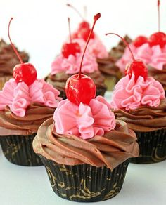 Super delicious chocolate chip cherry cupcakes made with chocolate chips and maraschino cherries will liven up any party. Cherry Cupcakes, Sweet Cupcakes, Love Cupcakes, Yummy Cupcakes, Cheesecake Cupcakes, Beautiful Cupcakes, Baking Cupcakes, Gorgeous Cakes, Cupcake Wars
