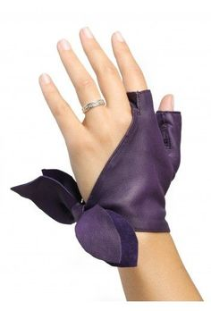 Glove with cut fingers with the particularity tohave only the thumb and forefinger, and godiagonally to be closed by a node on the side of the hand.Choose your colour among 18 colours.Manufactured in Millau in our workshop. Leather Accessories, Fashion Accessories, Kleidung Design, Gloves Fashion, Hand Gloves, Wedding Gloves, Fashion Details, Fashion Design, Diy Fashion