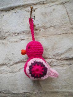 Little bird. Free crochet pattern, in Dutch Crochet Birds, Easter Crochet, Cute Crochet, Crochet Animals, Crochet Flowers, Crochet Baby, Knit Crochet, Bird Patterns, Crochet Patterns