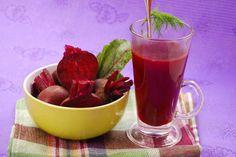 JUGO PARA COMBATIR EL CANSANCIO… La zanahoria y la remolacha (betabel) son ricas en carotenos y buenas para el sistema nervioso, la manzana ayuda al funcionamiento de nuestro sistema digestivo y, junto con el pepino, es muy refrescante, el apio ayuda a la circulación sanguínea, y todo en conjunto se convierte en un delicioso alimento para combatir la fatiga. Ingredientes: 3 Zanahorias 1 Remolacha (betabel) 1 Manzana 2 Varas de apio ½ pepino #vidasana #comerbien #zumos #jugos