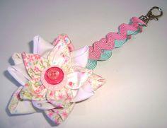 Chaveiro com flor de fuxico pétala em cone e sianinhas