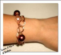 3029(83) Bracciale a due fili, realizzato a mano, costituito da filo e catena di rame, perle cerate e cristalli.
