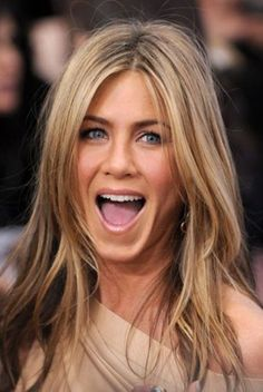 Hair color: blonde balayage trends to adopt in 2019 - Coloration de Cheveux : Les tendances Balayage blond à adopter en 2019 Hair color: blonde balaya - Medium Blonde Hair, Ash Blonde Hair, Blonde Balayage, Blonde Color, Jennifer Aniston Fotos, Jennifer Aniston Pictures, Long Layered Hair, Long Curly Hair, Curly Hair Styles