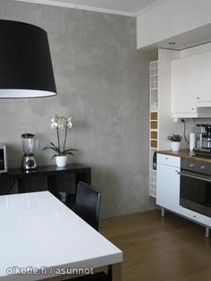 concrete wall looks surprisingly good in the kitchen Style Loft, Plaster Walls, Concrete Wall, Grey And White, Living Spaces, Kitchens, Dining Table, House Design, Interior Design