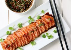 SASHIMI AV LAKS MED SOYASAUS OG SESAMFRØ Sashimi, Seafood Dinner, Fish And Seafood, A Food, Good Food, Dessert Sushi, Homemade Sushi, Gourmet Desserts, Plated Desserts