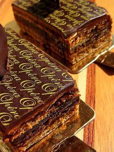 Receita de Bolo Ópera – Opéra Gâteau. Um bolo requintado para ocasiões muito especiais. O bolo ópera é um legítimo clássico francês de sucesso garantido!
