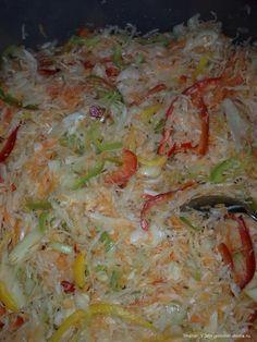 Капуста на зиму (но съедается еще до зимы) 5 кг. капусты по 1 кг. перца, лука и моркови 0,5 литра подсолнечного масла и 0,5 литра уксуса 9% полстакана сахара соль по вкусу