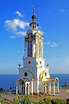 Faro de iglesia de San Nicolás, cerca de Malorechenskoye pueblo, Alushta, Crimea---Ucrania
