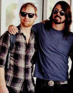 Dave and Nate.a rare shot of Nate Foo Fighters Dave Grohl, Foo Fighters Nirvana, Nate Mendel, Chris Shiflett, Pat Smear, There Goes My Hero, Taylor Hawkins, Music Bands, Music Music