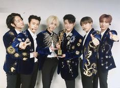 Look at the love they have for one another, Heechul I adore you. Yesung, Kim Heechul, Siwon, Lee Donghae, Super Junior T, Super Junior Leeteuk, Kpop, Programa Musical, Seoul Music Awards