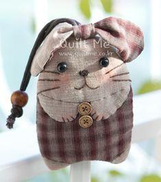 퀼트미 [귀요미 토끼 키홀더] Rabbit Crafts, Cat Crafts, Sewing Crafts, Diy And Crafts, Sewing Projects, Japanese Patchwork, Japanese Bag, Animal Bag, Pet Mice