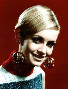 """Twiggy (née le 19 septembre 1949), aussi connue sous le nom de Twiggy LAWSON, est un mannequin, actrice et chanteuse britannique. Elle est connue pour être un emblème des années 1960 et une des mannequins les plus célèbres de cette époque. Twiggy a joué dans plusieurs films, comédies musicales et pièces de théâtre et fait à présent partie du jury de l'émission de télé réalité """"America's Next Top Model""""."""