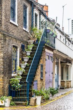 Dove Mews is one of the prettiest streets in South Kensington, London. #mews #london #southkensington