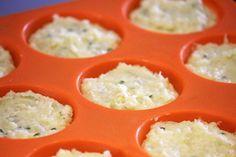 Puffs de batata-doce - Prepare em casa a receita desses leves e deliciosos bolinhos feitos com batata-doce. A receita é muito fácil! Eles são perfeitos para a hora do lanche, para um jantar levinho e também para levar na sua marmita. Cupcakes, Quiche, Grains, Food And Drink, Low Carb, Breakfast, Banana, Recipes With Sweet Potatoes, Cakes