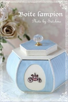L'image de la boîte ronde Satchmo - lid for a box Diy Paper, Paper Crafts, Parchment Design, Tube Carton, Unicorn Room Decor, Business Invitation, Ceramic Boxes, Decoupage Art, Pretty Box