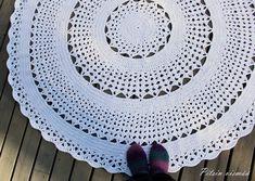 Pitsin viemää: Miniontelokuteesta virkattu matto