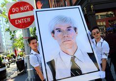 Lesposizione è imminente e quando si tratta di Andy Warhol anche lallestimento dà spettacolo. Ecco un gigantesco ritratto dellartista a spasso per le strade di New York prima di raggiungere la galleria in 345 Meatpacking dove sarà esposto. Limmagine fa parte della mostra