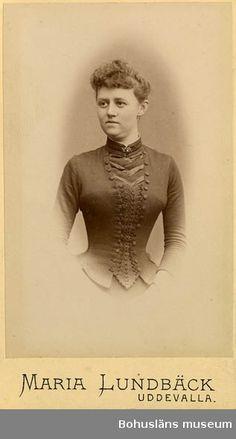 Text på kortets baksida: Ellen Lönner, f. 1861. Dotter till stadsläkaren C. Lönner. Senare g.m. apotekaren K. A Karlsson. Fotografering: 1883 - 1890 (efter 1883, före 1890)