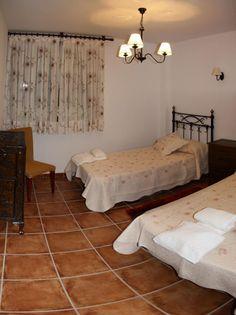 Amplia habitación con cama movible adaptada para personas con movilidad reducida www.elballito.com