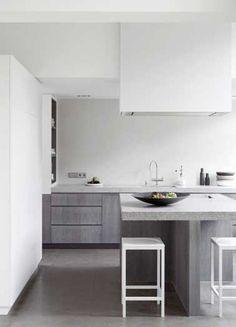 Une peinture blanche fait la déco graphique de cette cuisine grise.