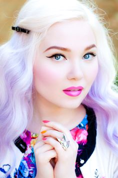 Doe Deere sports ombre blonde/lavender hair and a gradient pink lip. Click for tutorial.
