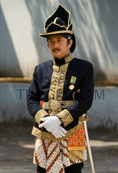 Ceremonial guard in traditional uniform in Sultan's Palace, Yogyakarta, Indonesia / olokosmon / vêtements / uniforme / militaire Sultan Palace, Dutch East Indies, Javanese, People Of The World, Brunei, Military Fashion, Traditional Dresses, Ancient Jewelry, How To Wear