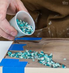 Turquoise Inlay Cheese Board His wife kept begging him to make this breathtaking tabletop idea Diy Resin Crafts, Wood Crafts, Resin Furniture, Wie Macht Man, Diy Cutting Board, Diy Kitchen Decor, Resin Table, Wood Resin, Woodworking Projects