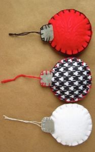 Cute craft for the girls to make Felt Christmas Ornaments and 6 other Handmade Christmas gifts Felt Christmas Ornaments, Handmade Christmas Gifts, Christmas Fun, Christmas Decorations, Fabric Christmas Trees, Felt Decorations, Crochet Christmas, Christmas Balls, Christmas Projects