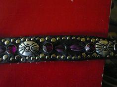 Schwarzes Rindsleder.Halsband Mit Lila Straß und Lila.leder Ovale versilberte Ziernieten Gesamtlg.42 cm.-breite 3cm. Löcher von 32-38 cm.