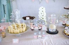 Love the marshmallow Christmas tree in this Winter One-derland party table!