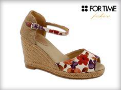 Sandalia con cuña alta FOR TIME colección Primavera Verano. Motivos florales: Cómoda y elegante.