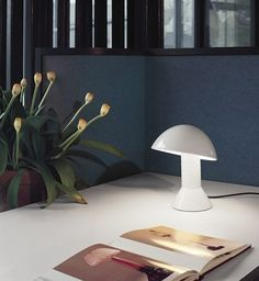 Elmetto, the iconic table lamp designed in 1976 by Elio Martinelli, is forty years old. And Martinelli Luce celebrates this momentous occasion by bringing out a limited edition in ruby red.