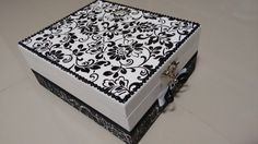 Caixa de MDF organizadora de maquiagem com espelho e divisórias para batons e outros itens. Vem com duas esperas de imã para pinças e outros itens de metal.    Tamanho:  Altura: 11.00 cm  Largura: 22.00 cm  Comprimento: 26.00 cm    Trabalho com outras cores e modelos, consulte. Jewellery Boxes, Jewelry Box, Decoupage Box, Painted Rocks, Diy Gifts, Decorative Boxes, Shabby, Cards, Painting