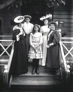 Women's fashion in Queensland around the end of the 19th century.