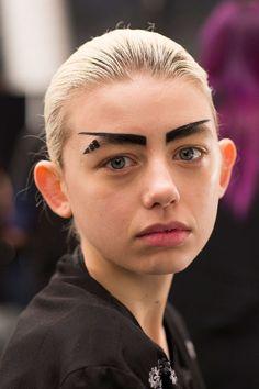 Quand les défilés ont encore une fois, été une source infinie en tendances de beauté très cheloues.   14 fois où le maquillage est allé trop loin en 2016
