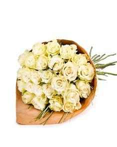 Pe lângă faptul că frumusețea lor e de necontestat, trandafirii albi sunt și foarte versatili. Sunt un cadou potrivit dacă vrei să feliciți pe cineva pentru o reușită în carieră, dar și drept cadou cu ocazia căsătoriei sau a venirii pe lume a unui copil.